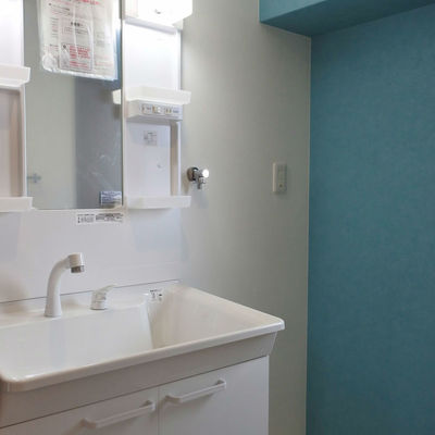洗面所はブルーで爽やかに