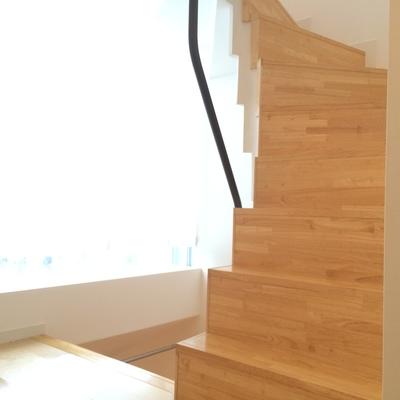 3階と5階へ続く階段