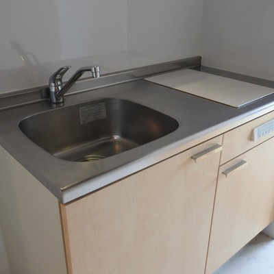 キッチンはシンプル。2口IHで、お料理もらくらく!
