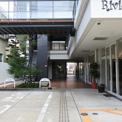 1階〜3階は美容室など店舗が入っています。