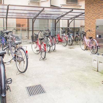 駐輪場は建物の奥です。