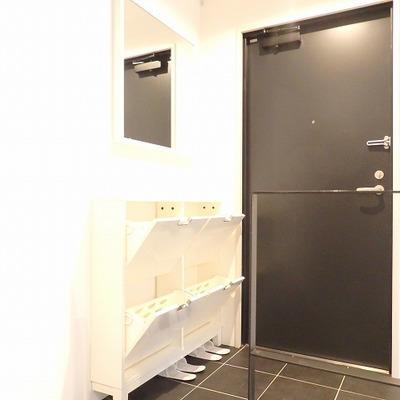 【写真は別部屋】玄関。ホワイトベースのお部屋はタイルも白に!
