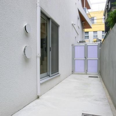 扉の向こうはエントランス。自転車などゆうに置けますね。