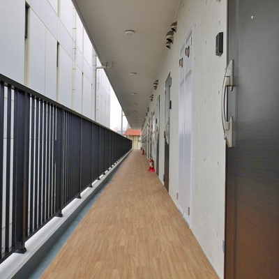 木の廊下とコンクリートの壁。