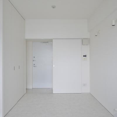白で統一された明るいお部屋。