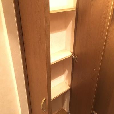 トイレの向かいに小さな収納スペース