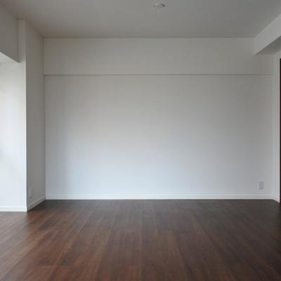 ダークブラウンの床が、大人っぽさを演出。