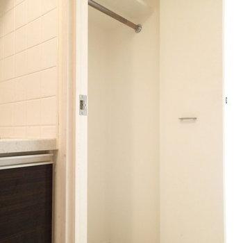 台所の横に収納があります。 ※写真は別のお部屋のものです
