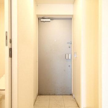 玄関はこちら。 ※写真は別のお部屋・クリーニング前のものです