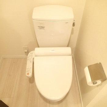 トイレもウォシュレットつき。 ※写真は別のお部屋・クリーニング前のものです