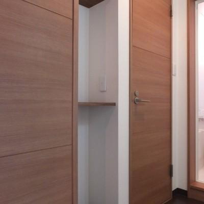 洗面台向かいにも棚あり!ここにもコンセントがあります!