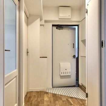 廊下に出て、右にあるサニタリールームへ行ってみましょう。