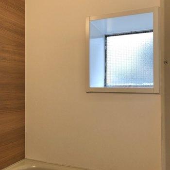 なんとこちらにも小窓付きなんです。
