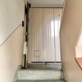 お部屋は2階に上がって左にあります。
