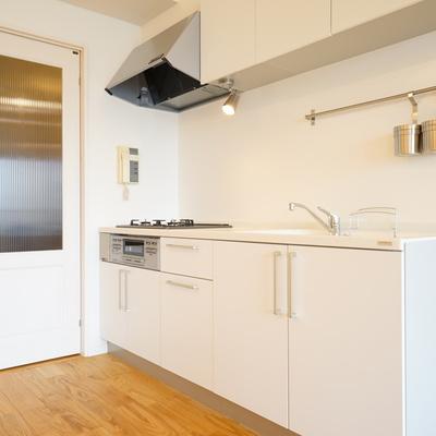 キッチン隣にはポイントとなる扉を新しく※写真はイメージ