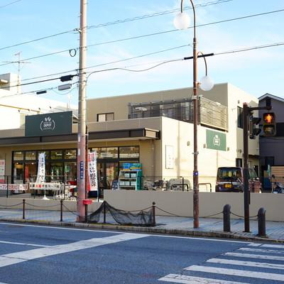 バス停前に惣菜屋&スーパーが!