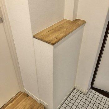 横の台には鍵やハンコなどを置いておけます。