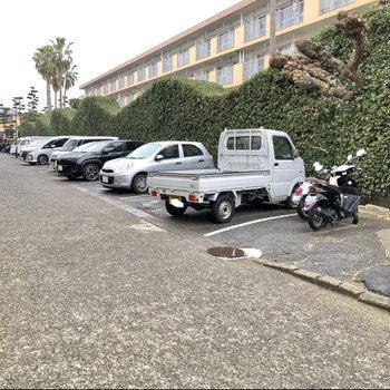 駐車場や、