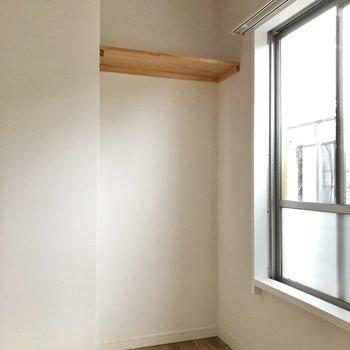 【洋室②】オープンな収納には突っ張り棒でカーテンを付けてもいいですね。