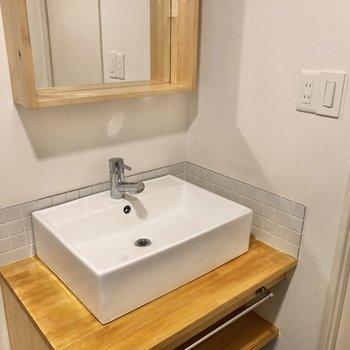 洗面台の周りに小物を置くことができます。