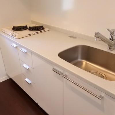 キッチンは真っ白で可愛らしく