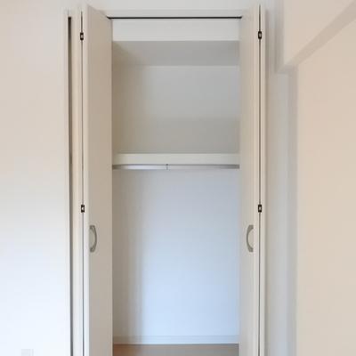 寝室にはそれぞれこのサイズの収納が