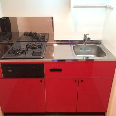 扉だけじゃなくキッチンも真っ赤