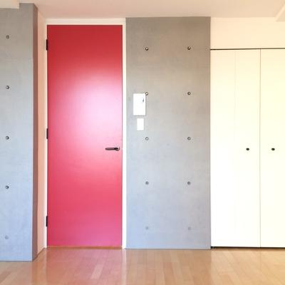 まっかな扉にコンクリの壁がおしゃれ