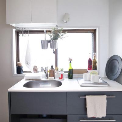 クロスに合わせてキッチンもグレーカラーに※写真はイメージです。