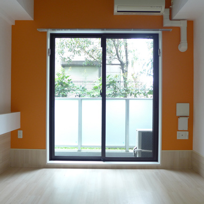 オレンジのアクセントクロス*写真は別のお部屋です