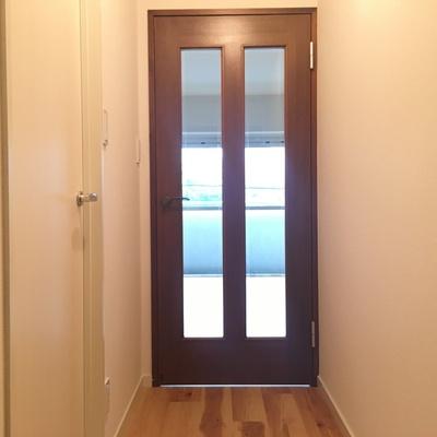 玄関から。光が溢れます