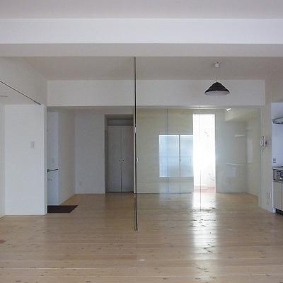 写真右奥のガラスの向こうが寝室 ※画像別室