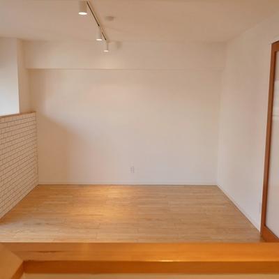 キッチン越しのLDK。TV台とソファーの配置が見えてきます。