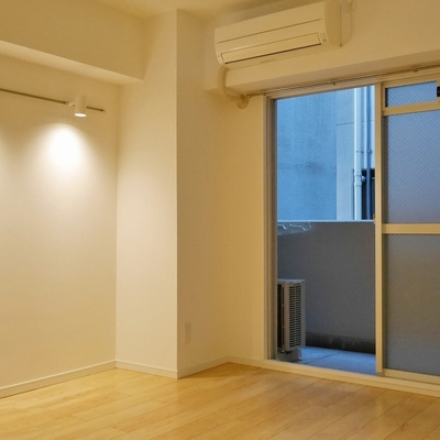 調光式の可動照明とエアコン完備。