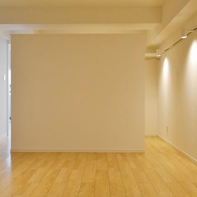 こちらが寝室です。このWIC壁の向こうが収納