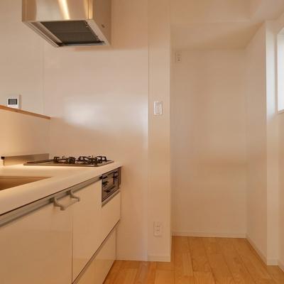 冷蔵庫置場もばっちり!小窓あり。