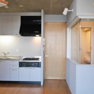 キッチンと、、、透けてるのはお風呂です。