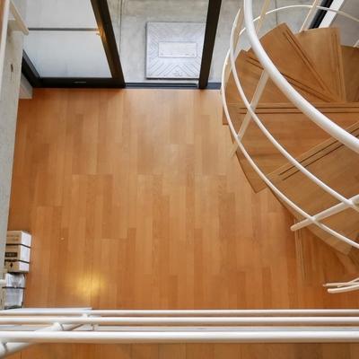 見下ろしました。1階はご飯と仕事の部屋ですかね?