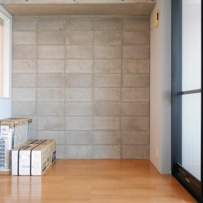 コンクリートブロックの壁がよい。左にあるのは新品のエアコンです♪