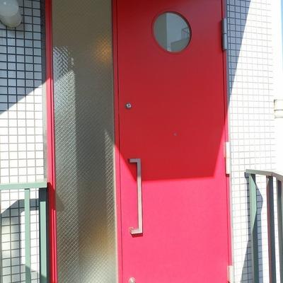 真っ赤なドアがポップでしょ?