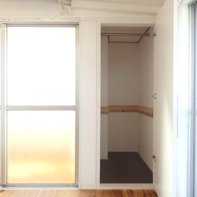 リビングには小さい収納が。掃除機とか冬は使わない扇風機とかも入っちゃいます。