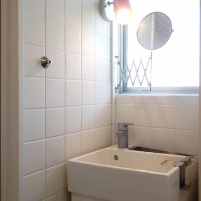 洗面はかなりコンパクト!この鏡かわいい!