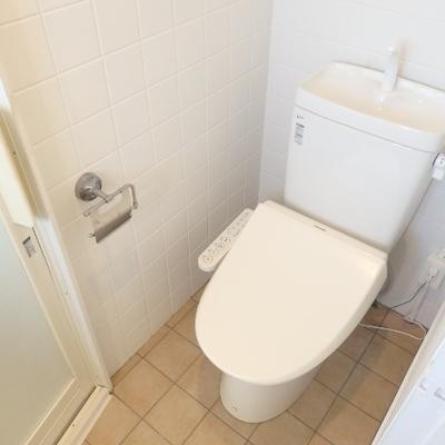 ウォシュレット付きのトイレの上には小棚もあります。