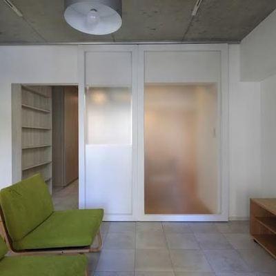 洋室とは半透明の扉で仕切って ※写真は別部屋