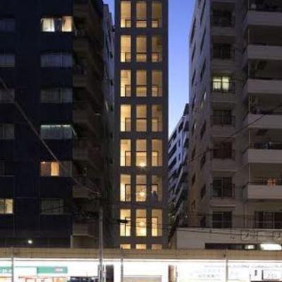商店街沿いのT字路に立つ新築9階建マンション ※写真は別部屋