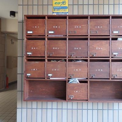 木製の郵便箱がキュートなの。