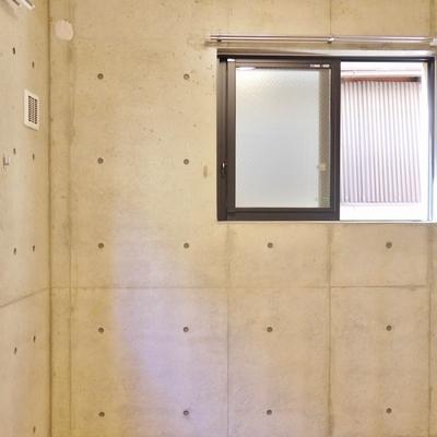 少し狭めな洋室にも2方向に窓。