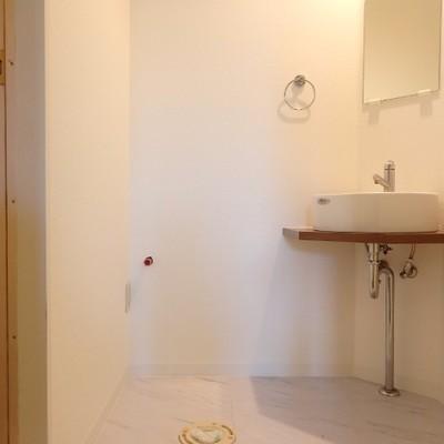 洗面台の隣にトイレが設置されます