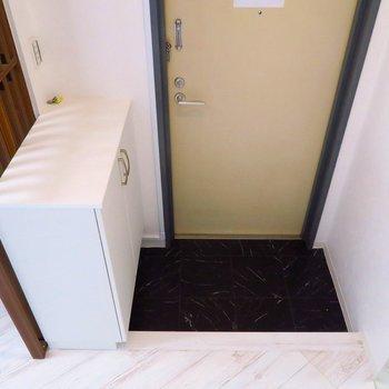 階段おりて、玄関へ。靴箱がありますよ〜!