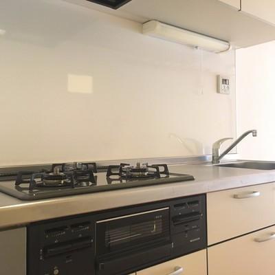 キッチン3口ガスコンロ。幅があっていい感じ